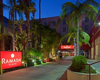 Ramada Plaza by Wyndham West Hollywood Hotel & Suites - Уэст-Голливуд - Здание