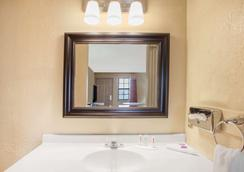 Knights Inn Wildersville - Wildersville - Bathroom
