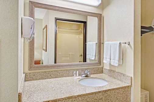 Baymont by Wyndham Indianapolis - Indianapolis - Bathroom