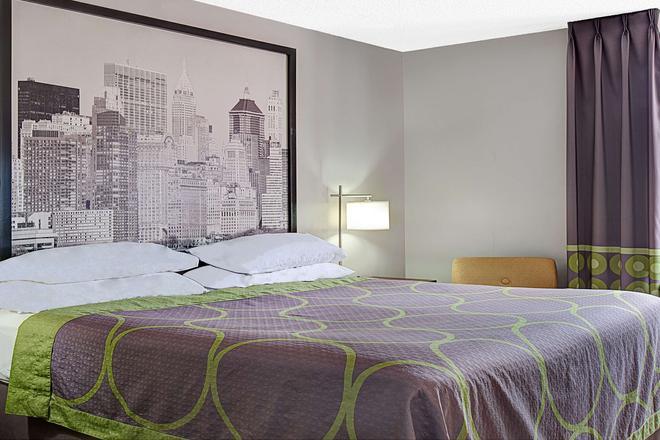 Super 8 by Wyndham Jamaica North Conduit - Queens - Bedroom