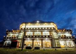 Five One Star Hotel - Nyaungshwe - Budynek