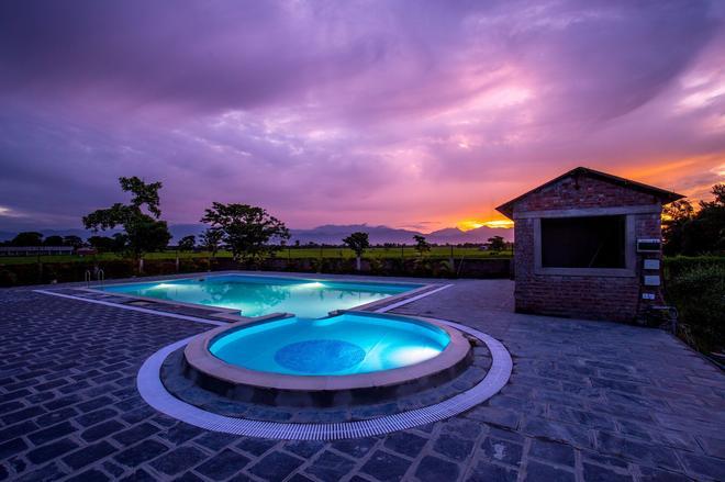 Center Park Resort - Sauraha - Πισίνα