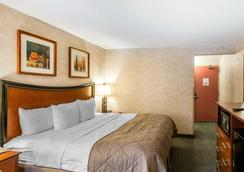 Clarion Hotel And Conference Center - Greeley - Bedroom