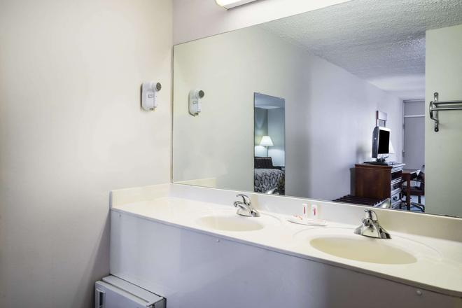 Baymont Inn & Suites Johnson City - Johnson City - Μπάνιο