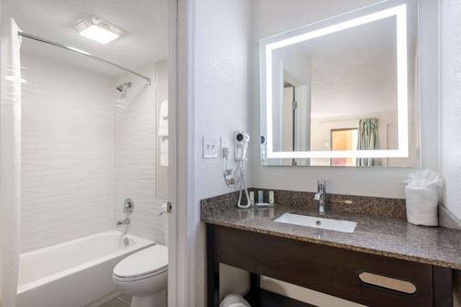 Clarion Inn and Suites - Kissimmee - Bathroom