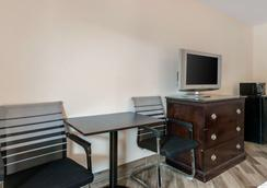Clarion Inn and Suites - Kissimmee - Bedroom
