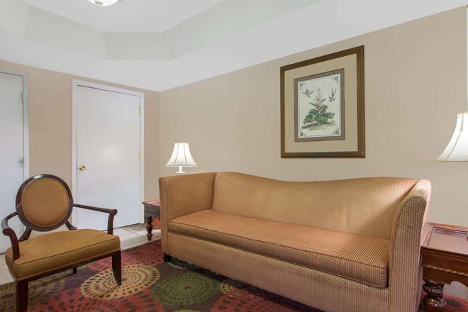 Super 8 by Wyndham Antioch/Nashville South East - Antioch - Living room