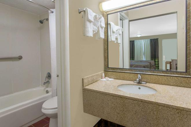 Super 8 by Wyndham Antioch/Nashville South East - Antioch - Bathroom