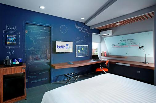 Berry Biz Hotel - Kuta - Bedroom
