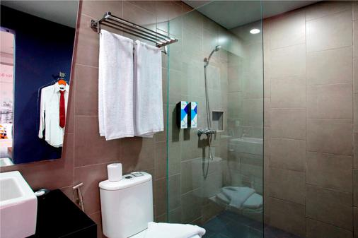Berry Biz Hotel - Kuta - Bathroom