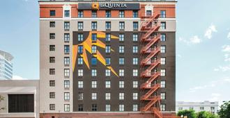 La Quinta Inn & Suites by Wyndham Dallas Downtown - Dallas - Building