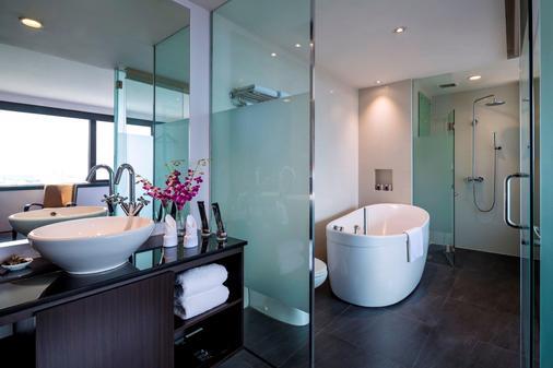 Furama City Centre - Singapore - Bathroom