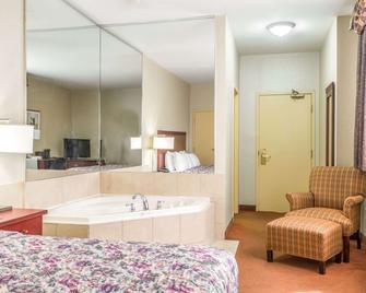Howard Johnson by Wyndham Toronto Downtown West - Toronto - Bedroom