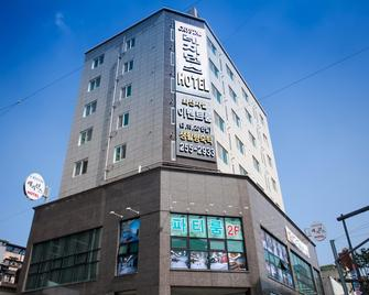 Crystal Residence Hotel - Daejeon - Building