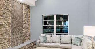 Howard Johnson by Wyndham Middletown Newport Area - Middletown - Oturma odası