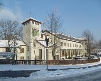 Jembo Park - Єна - Building
