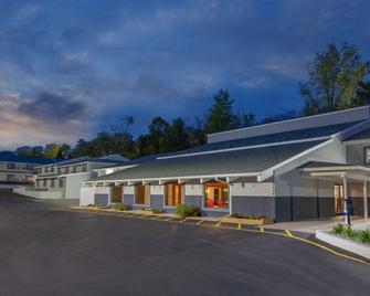 Days Inn & Suites by Wyndham Wisconsin Dells - Wisconsin Dells - Building