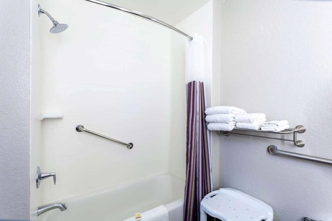 La Quinta Inn & Suites by Wyndham Port Orange / Daytona - Port Orange - Bathroom