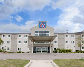 Motel 6 Brandon Mb - Brandon - Building