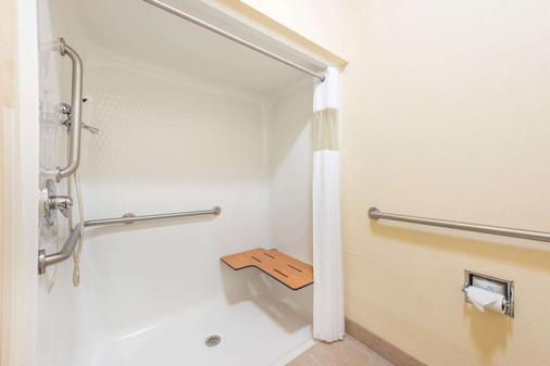 Super 8 by Wyndham St Robert Ft Leonard Wood Area - St Robert - Phòng tắm