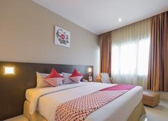 Capital O 1279 Hotel Grand Celino Makassar - Makassar - Schlafzimmer