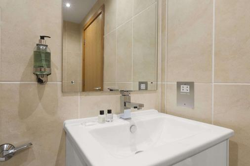 Ramada by Wyndham Telford Ironbridge - Telford - Bathroom