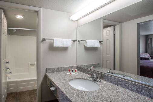 Days Inn by Wyndham Provo - Provo - Bathroom