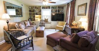 Wonderful 5 Bedroom + 5.5 Bath Family Getaway - Memphis - Wohnzimmer