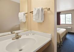 Super 8 by Wyndham Albuquerque West/Coors Blvd - Albuquerque - Bathroom