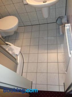West Hotel Radebeul - Radebeul - Bathroom