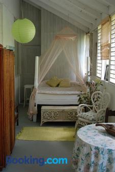 Charming Old World Apartment - Bridgetown - Bedroom