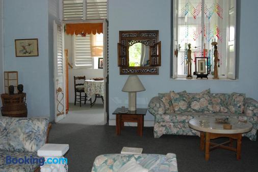 Charming Old World Apartment - Bridgetown - Living room
