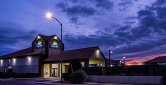Days Inn by Wyndham Phoenix North - Phoenix - Building