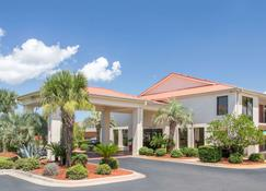 Days Inn & Suites by Wyndham Navarre Conference Center - Navarre - Building