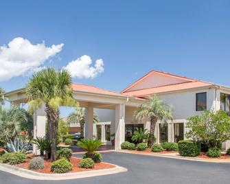 Days Inn & Suites by Wyndham Navarre Conference Center - Navarre - Building