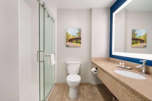 La Quinta Inn & Suites by Wyndham Rapid City - Rapid City - Bathroom