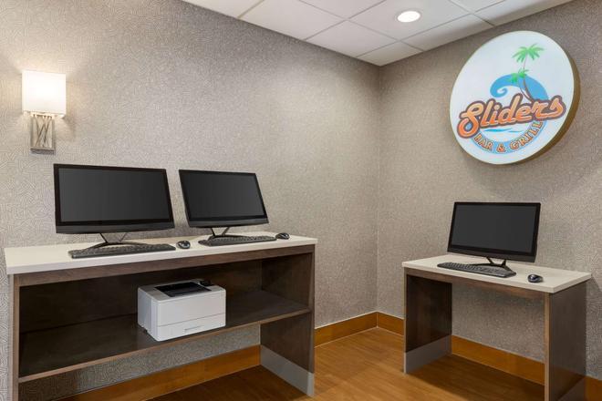 La Quinta Inn & Suites by Wyndham Rapid City - Rapid City - Business centre