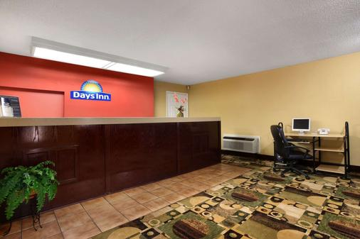 Days Inn by Wyndham Harriman - Harriman - Front desk