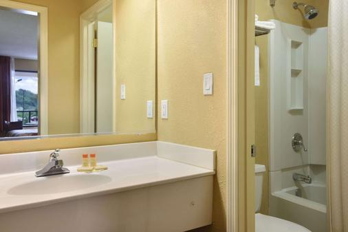 Days Inn by Wyndham Harriman - Harriman - Bathroom