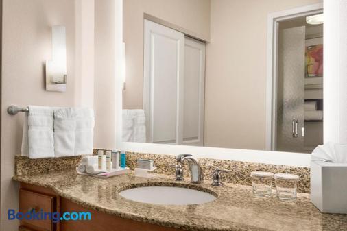 Homewood Suites by Hilton Fargo - Fargo - Bathroom