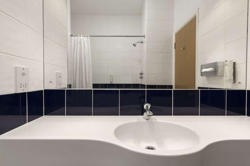Days Inn by Wyndham Donington A50 - Derby - Bathroom