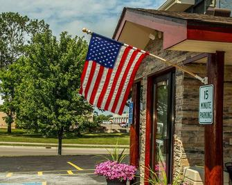Americas Best Value Inn & Suites Detroit Lakes - Detroit Lakes - Building