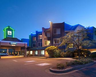 Travelodge by Wyndham Parksville - Parksville - Building