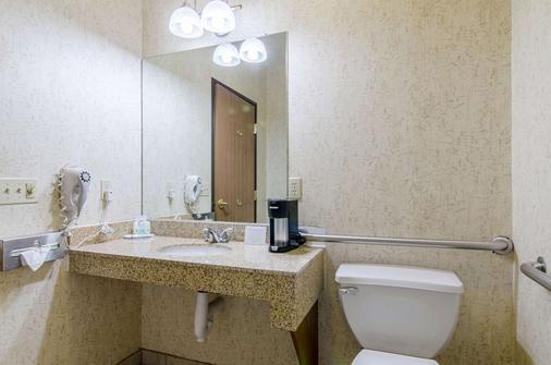 Quality Inn Near Fort Riley - Junction City - Bathroom