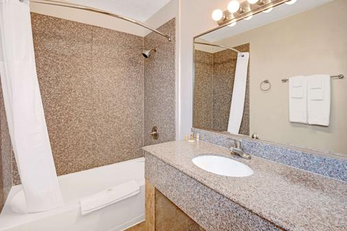 Days Inn by Wyndham Albuquerque Downtown - Albuquerque - Bathroom