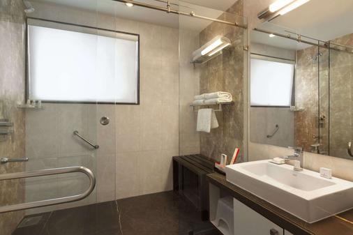 Ramada by Wyndham Ahmedabad - Ahmedabad - Bathroom