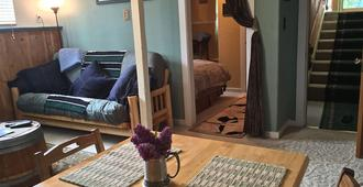 Sea Wolf Inn, A Litlle Bit Of Home Right Here In Alaska - Anchorage - Living room