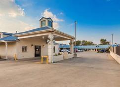 Best Western Regency Inn & Suites - Gonzales - Building