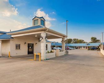 Best Western Regency Inn & Suites - Gonzales - Building