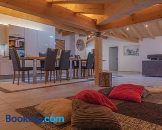 Chalet Gousweid- Jungfrau Apartment - Wilderswil - Wohnzimmer